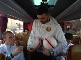 Футбол - националният отбор раздаде автографи преди отпътуването си - 28.03.2016